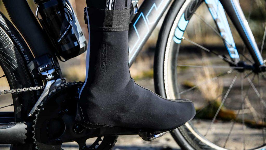 Ein Überschuh schützt die Füße beim Radfahren vor Nässe und Kälte
