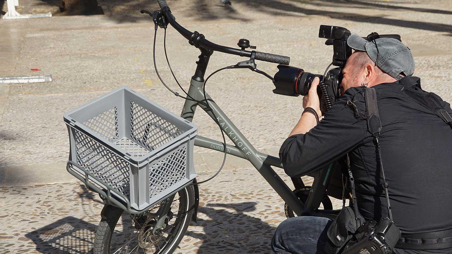 Im Focus des Fotografen: die Frontpartie des Kompaktrads, aufgesetzt auf den Fronträger: Transportkiste mit Euro-Format