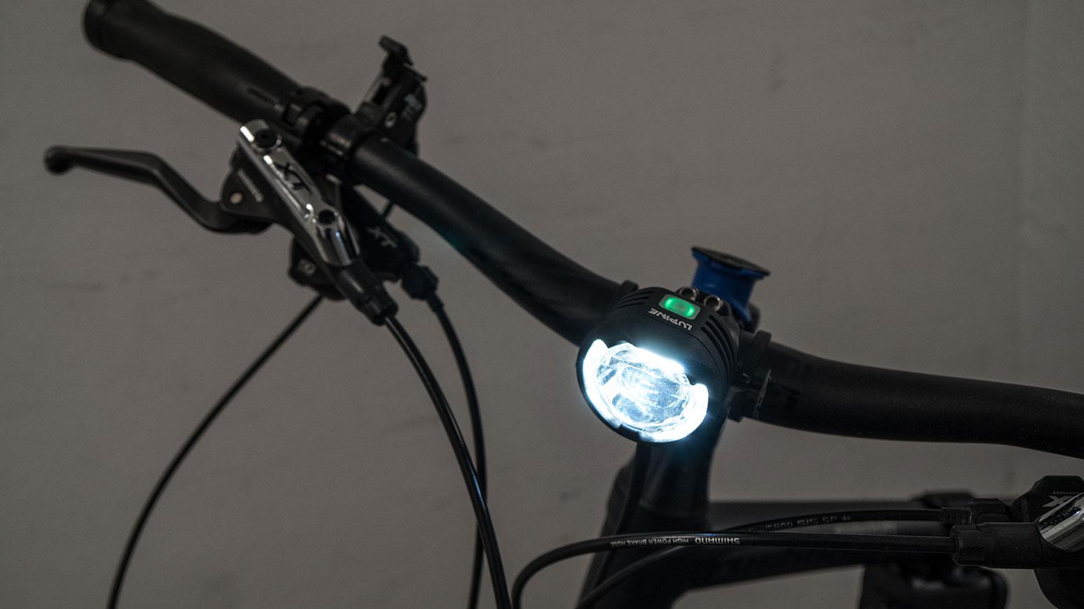 Tagsüber leuchtet die Lupine SL mit reduziertem Tagfahrlicht (oben: grüne LED). Bei einbrechender Dunkelheit wechselt sie via Lichtsensor auf Nachtlicht (oben: Blau)