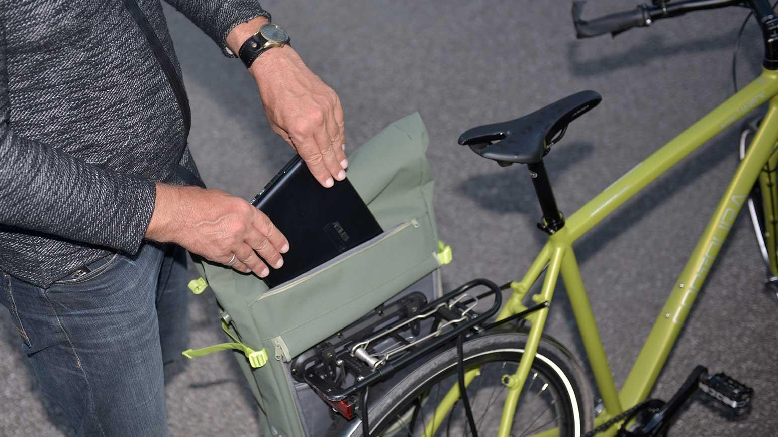 Ein gepolstertes Fach der Tasche schützt Notebooks.