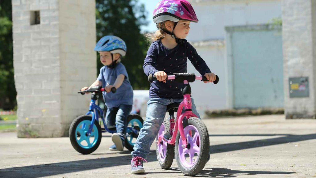 Kleinere Kinder können mit dem Laufrad erste Fahrten wagen.