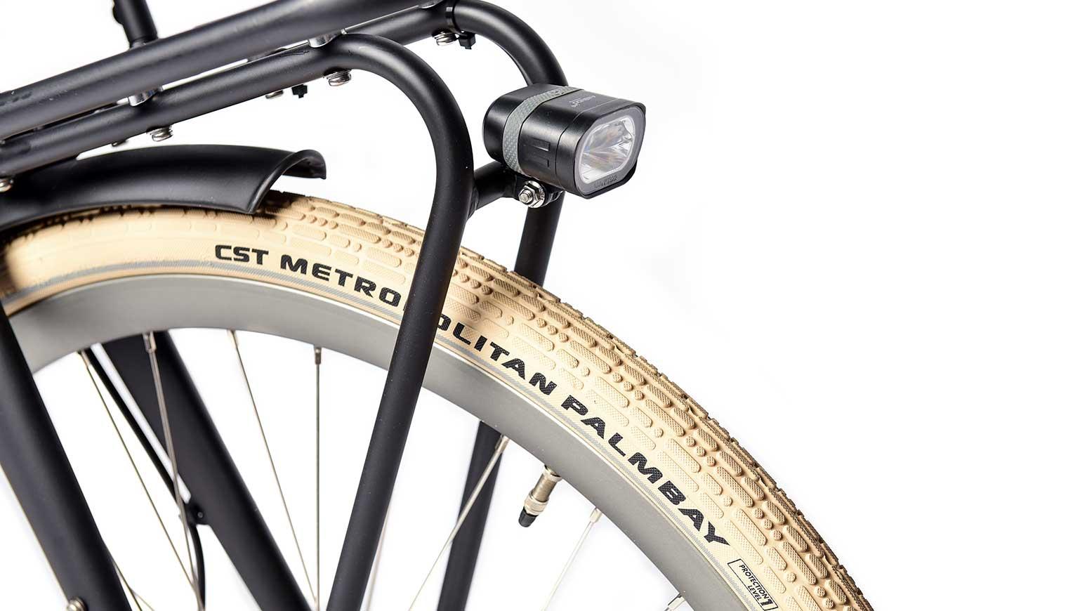 Stylische Reifen, Metallradschützer, Frontscheinwerfer mit guter Lichtleistung.