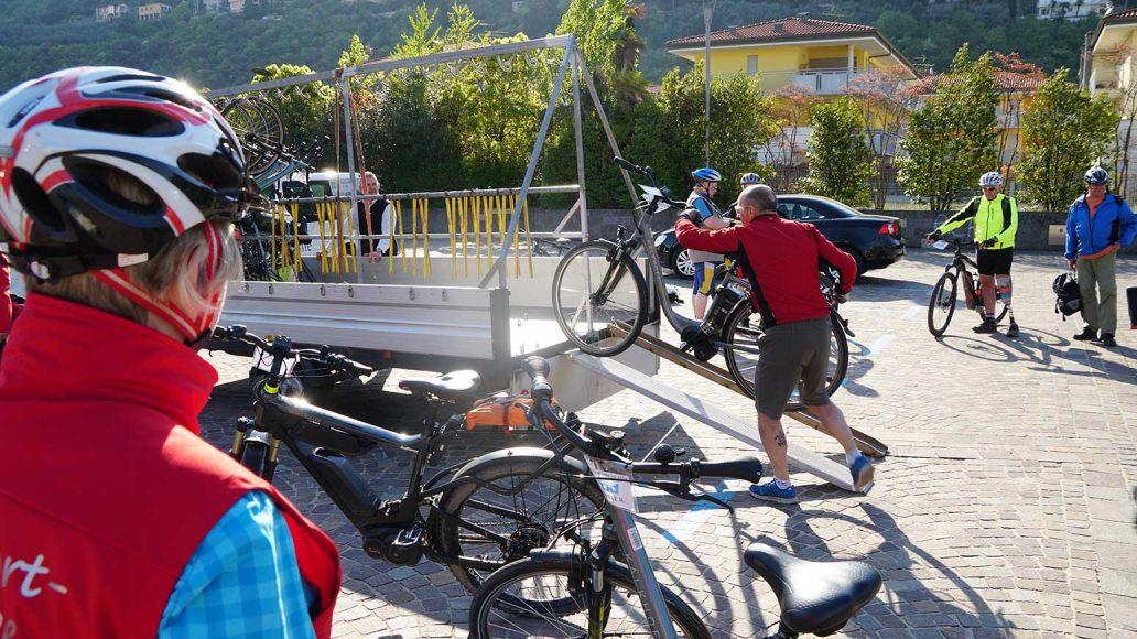 Auflagen der Räder - ein Bus samt Radhänger bringt uns sicher hinauf zum Ledrosee.