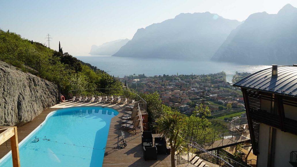 Und danach: Hoch zur Sonnenterrasse am Pool, oberhalb unseres Hotels Forte Charme in Nago/Tobole