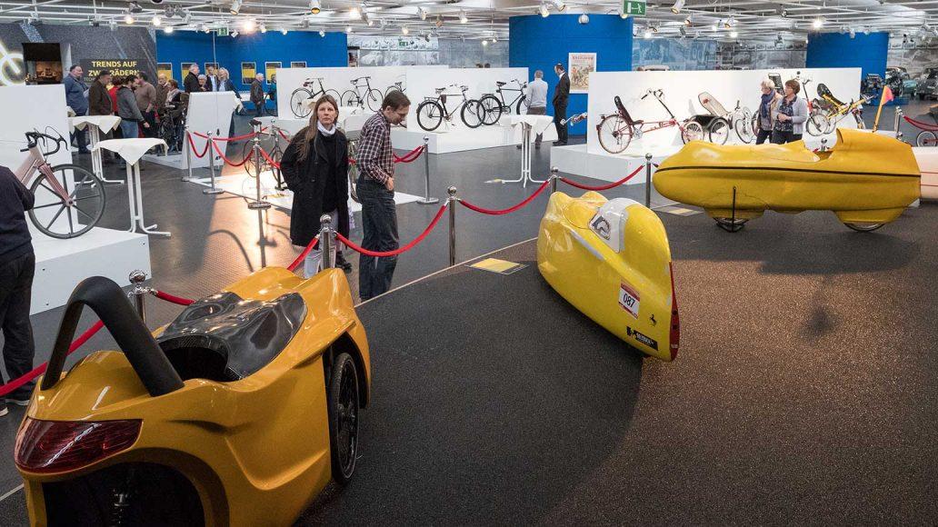 Spektakulär wirken die bunten Velomobile im VW-Museum.