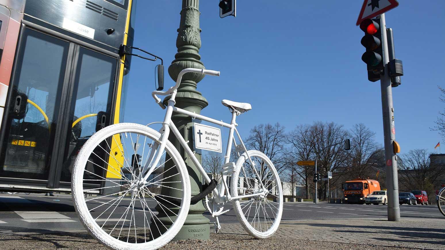 Ride of Silence: In vielen Städten erinnern weiße Geisterräder an getötete Radfahrer. Foto: ADFC Bonn