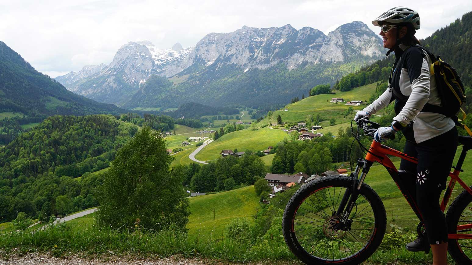 """Schon der erste Blick nach den ersten Bike-Kilometern begeistert - wir münden in den """"Soleleitungsweg"""" über Ramsau ein, der aber für Radfahrer gesperrt ist. Deshalb weichen wir auf die Deutsche Alpenstraße aus (im Bild)."""