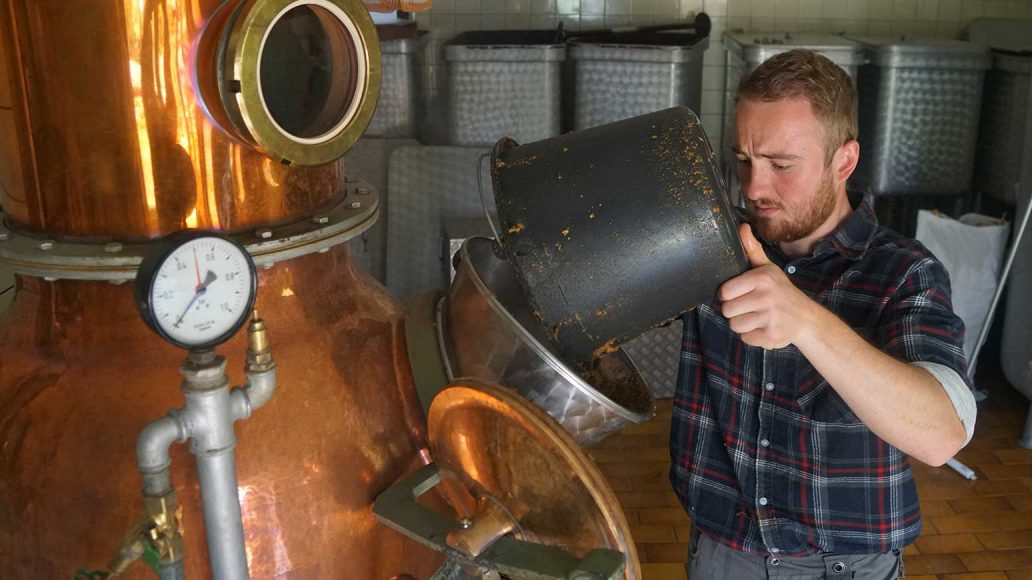 In der Enzian-Hütte begegnen wir dem Nachfolger der alten Brennerei-Familie Grassl. Hier füllt er den seit Wochen gärenden Enzian-Sud in den Destillier-Ofen.