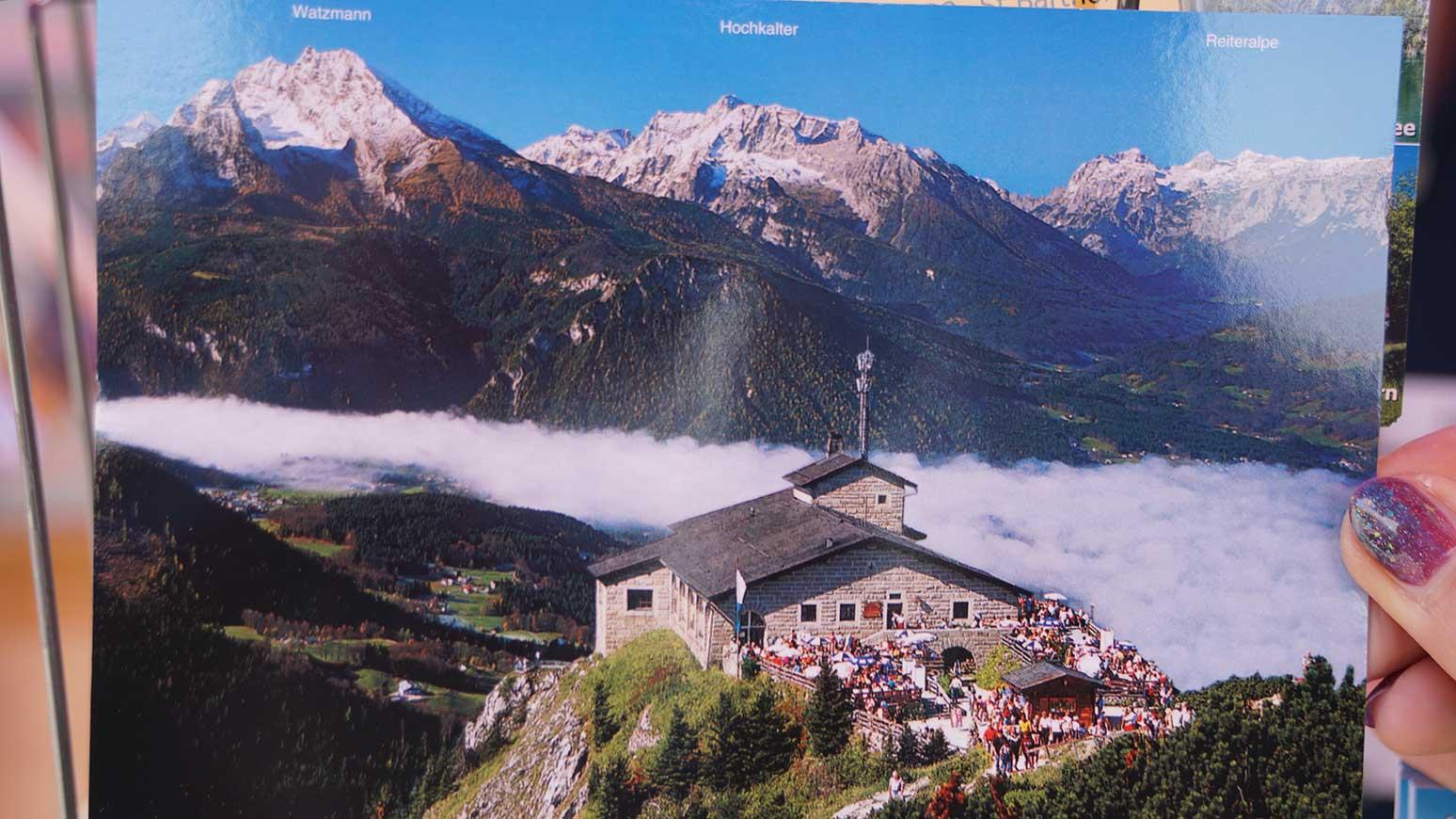 ... uns die Postkarte recht anschaulich. Das Kehlsteinhaus ragt quasi hinaus auf die Berchtesgadener Ebene