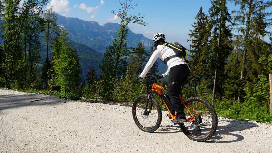 Unser zweites Rad auf der Berchtesgaden Tour: ein Hardtail von Fischer Bikes, mit breiten Plus-Reifen von Schwalbe, Bafang Heckmotor und für uns praktischem Ständer. Preis: 1499 Euro