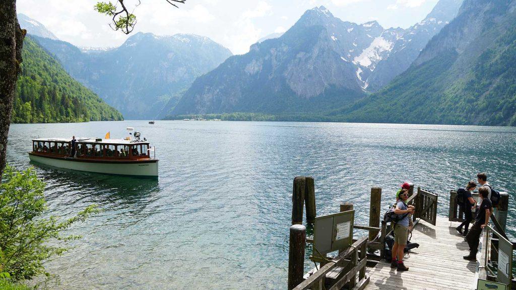 Elektro-Power am Königssee: Das Ausflugsschiff für Touristen nähert sich lautlos der Bedarfshaltestelle Kessel für Wanderer und Bergsteiger.