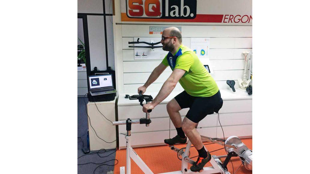 Test Fahrradsattel 2018: Tester Sebastian Böhm auf dem Ergo-Bike im Testlabor von SQlab