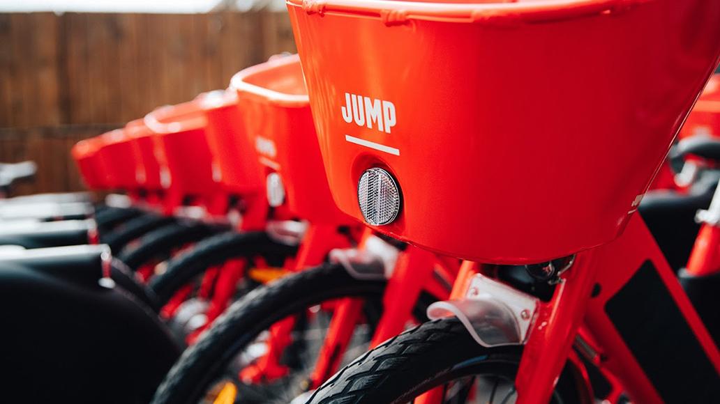 Etwa 1000 Jump-Bikes stellt Uber auf Berlins Straßen.