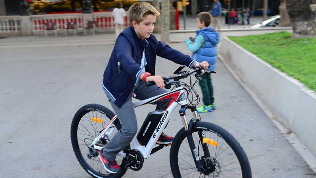 Jugendlicher auf einem Pedelec. E-Bikes werden auch bei jungen Menschen populärer.