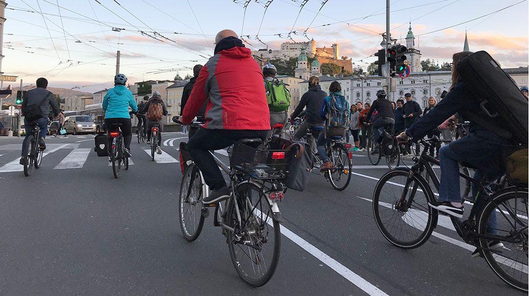 Im Rahmen des Radgipfels fand auch eine spaßige Fahrradparade statt - vor historischer Kulisse.