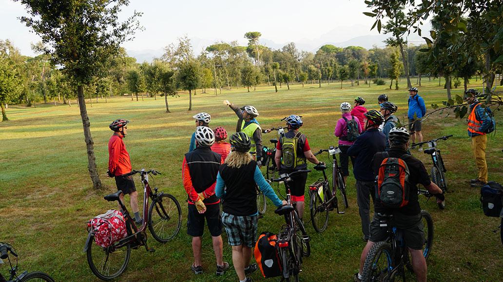 Morgendliches Briefing mit Blick auf die Berge des Appenin