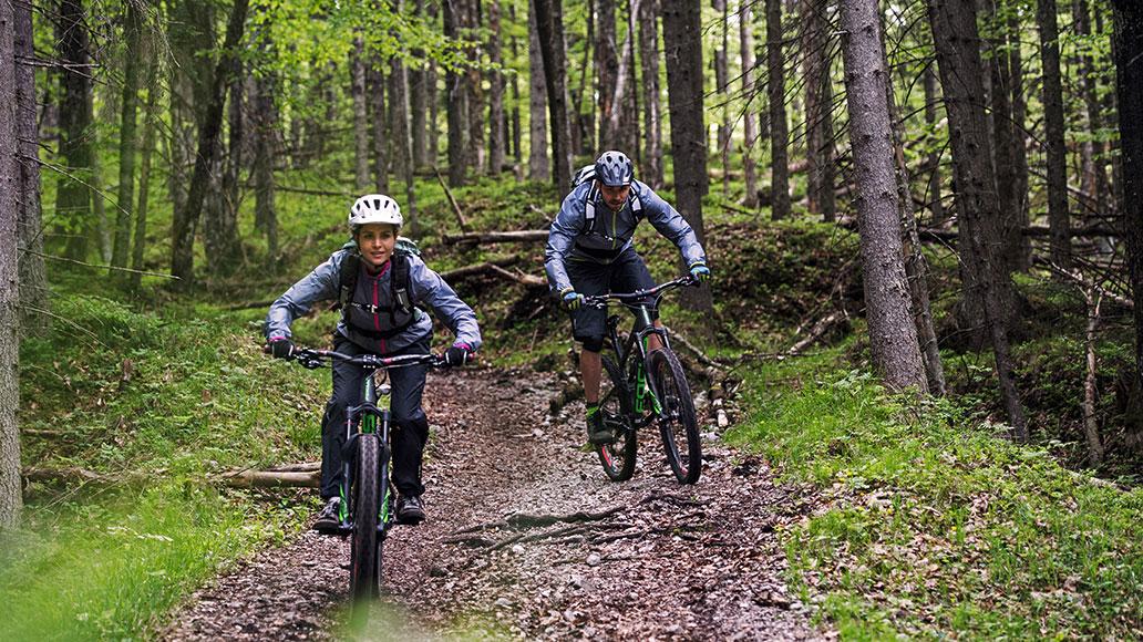 Radfahren im Regen erfordert gute Regenbekleidung. (Foto: Ziener)