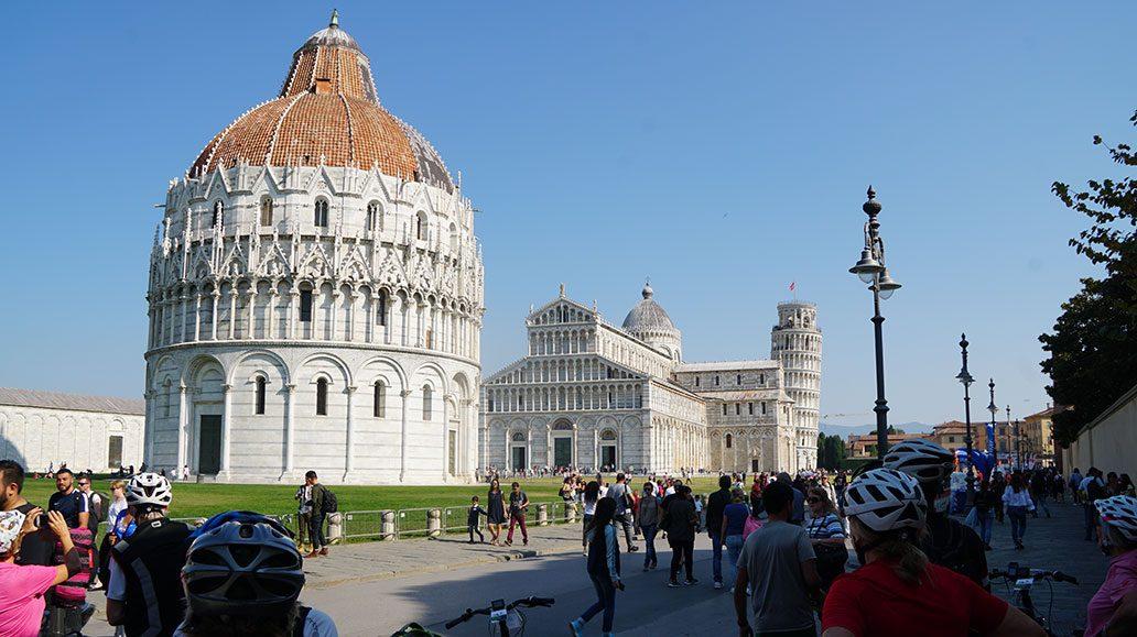 Am Platz der Wunder in Pisa, hinten der Schiefe Turm