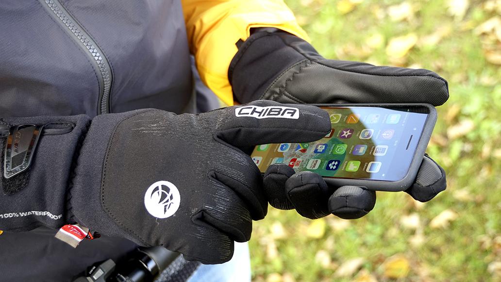 Moderne Handschuhe halten warm und lassen Dich auch Dein Smartphone bedienen.