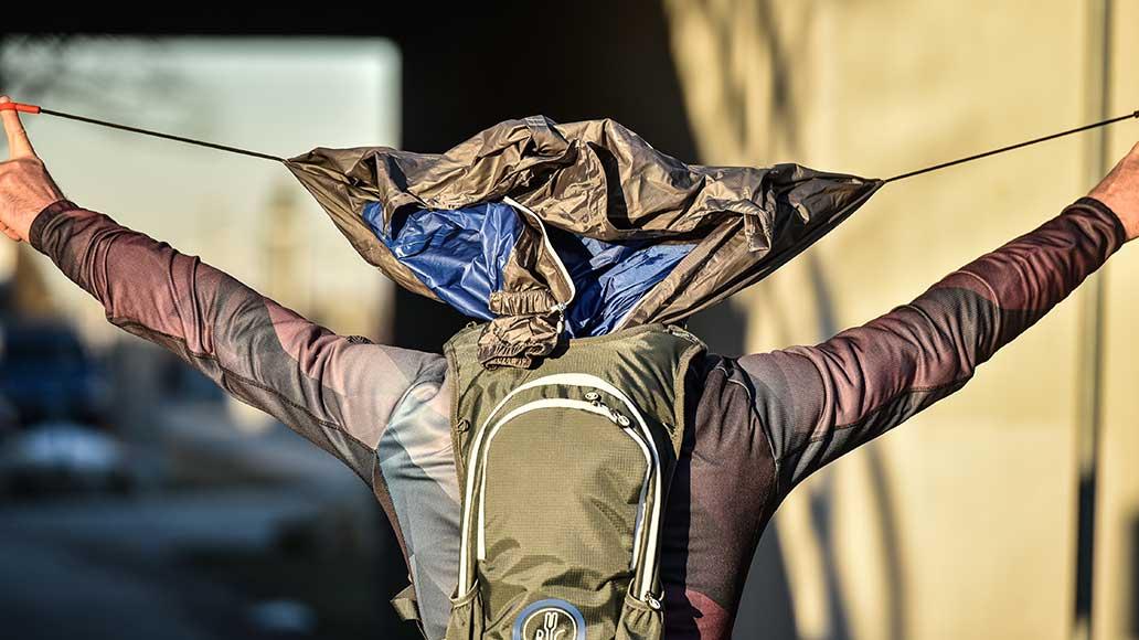 Der Jacpack ist Rucksack und Regenjacke in Einem.