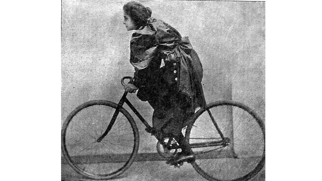 """Französische Radrennfahrerin mit dem Künstlernamen """"Mademoiselle Serpolette"""" (1899)"""