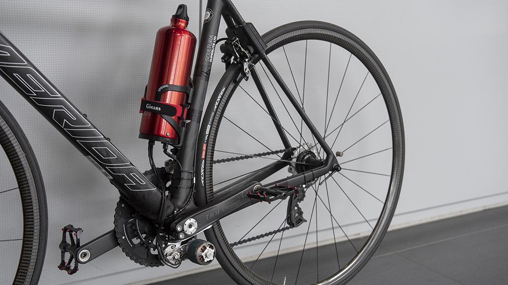Der Akku steckt in der Trinkflasche, die Motorkraft wird über eine Rolle direkt ans Hinterrad übertragen.