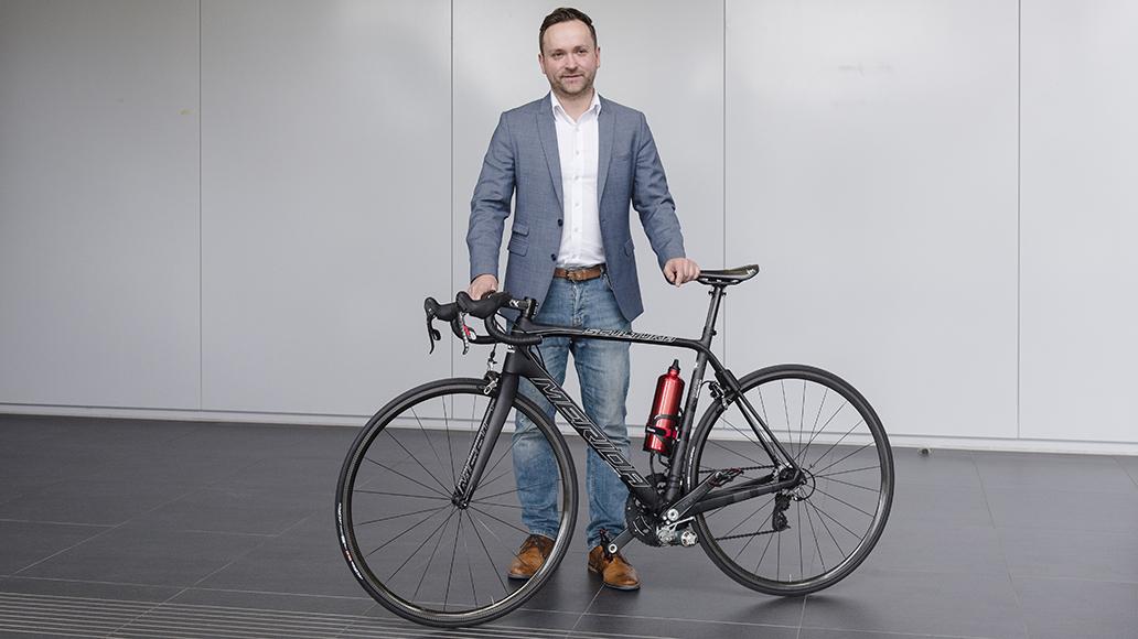 Dennis Freiburg mit seinem mutmaßlichen Weltrekord-E-Bike.