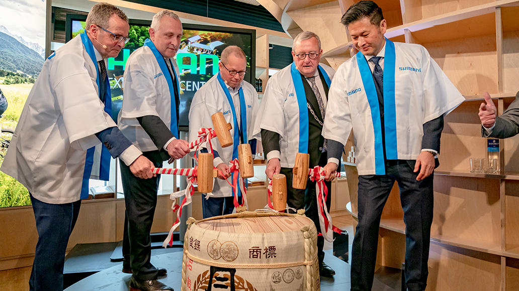 Feierliche Eröffnung des Shimano Experience Center mit Öffnung des Sake-Fasses.