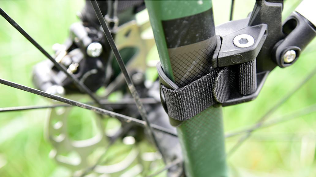 Gummierte Auflageflächen sowie Nylon-Gurtbänder fixieren den Träger rutschfrei und stabil. Sensible Oberfläche wie etwa Lacke werden geschont.