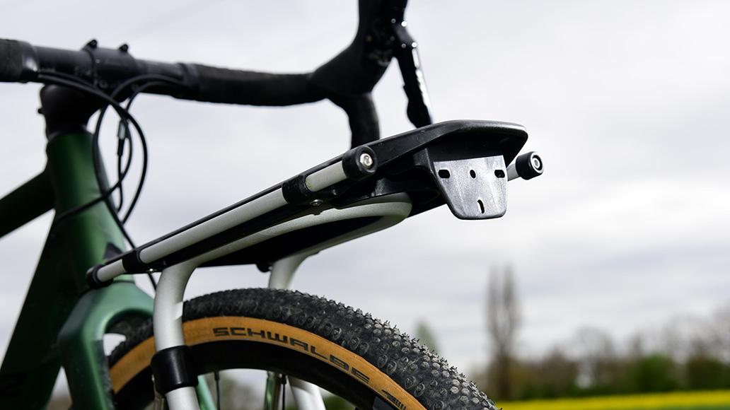 An der kleinen Kunststofffläche unter dem Träger kann wahlweise ein Rücklicht oder Reflektor angebracht werden.