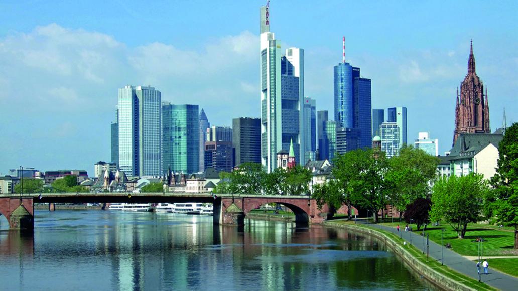 Mit dem E-Bike am Main entlang: Die Skyline der Weltmetropole Frankfurt