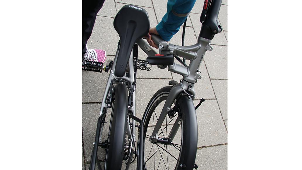 …. schon nähert sich das automatisch gedrehte Vorderrad an das Hinterrad.