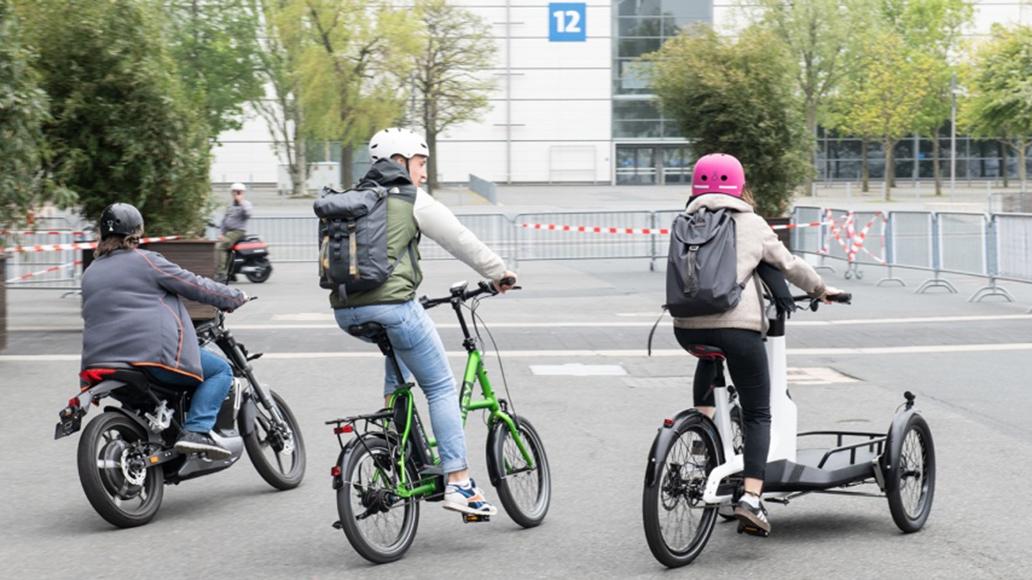 Wie auf Wackelpudding: Das VW-Cargobike mit Neigetechnik (rechts).