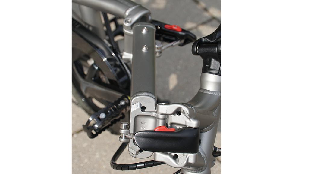 Innovativ: Zwei massive Rahmen-Scharniere, leicht zu öffnen, verriegel- und spannbar.