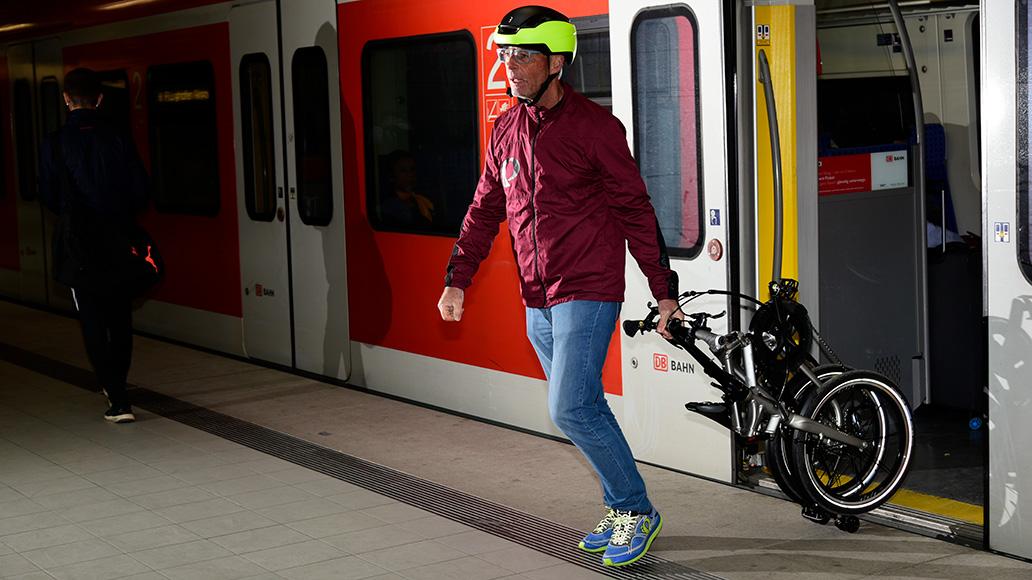 Dank Kofferrollen am Heck und dem Lenker als Zugstange lässt sich das Tern wie ein Trolley nachziehen.