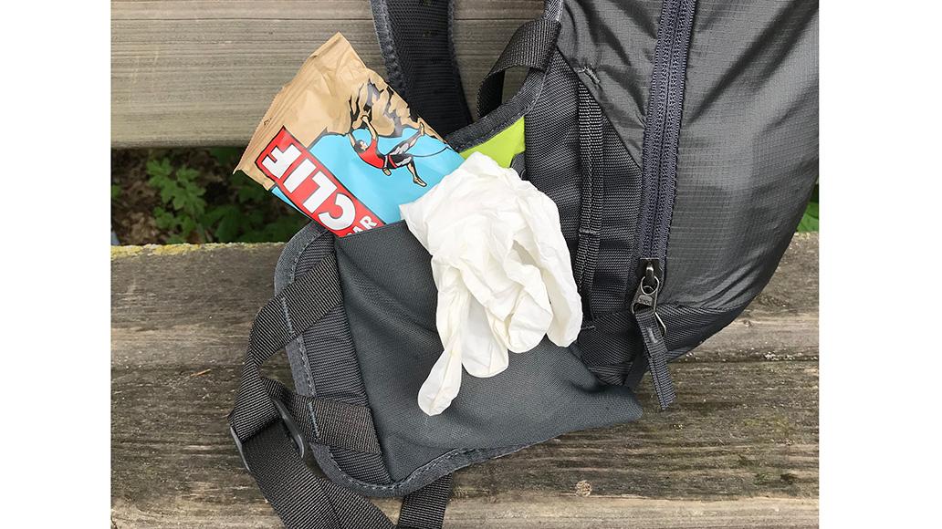 In den großen Hüfttaschen findet auch ein großer Riegel samt Erste-Hilfe-Handschuhen Platz.
