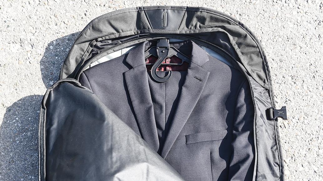 Der Anzug wird mit einklappbarem Kleiderbügel eingelegt - genial!