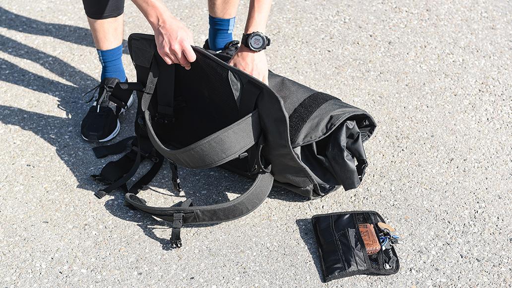 Packsack in die Mitte, Anzugtasche drumherum rollen ...