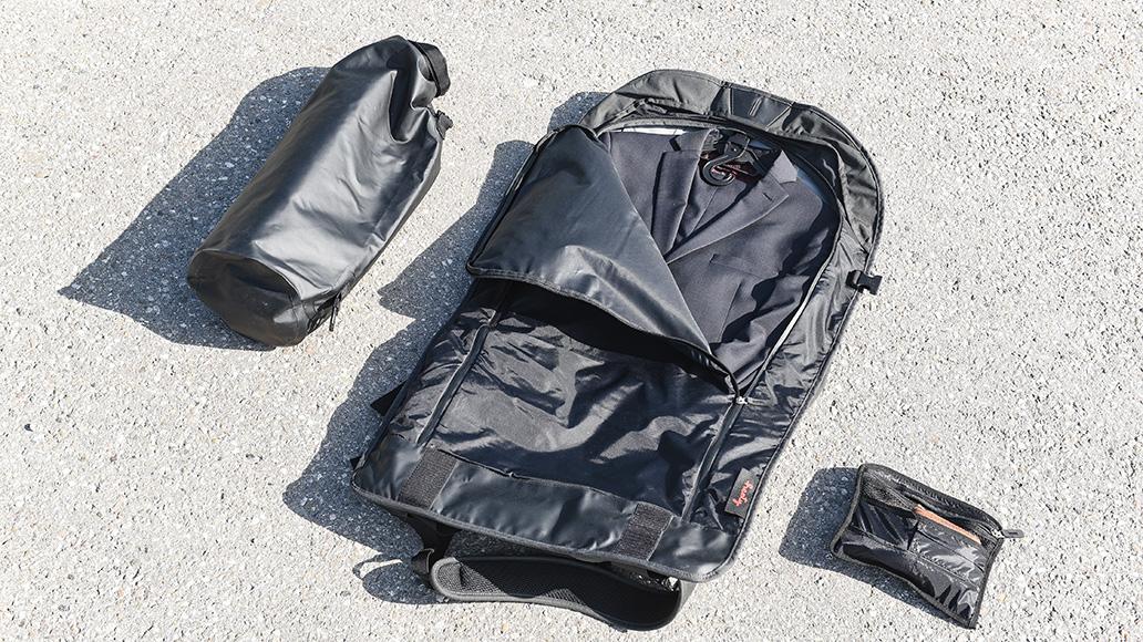 Anzugtasche, Packsack und Zubehörbeutel - der Wingman-Rucksack komplett.