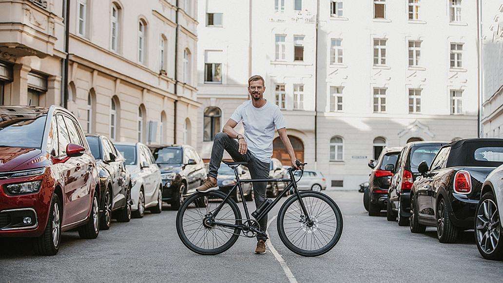 Entertainer Joko Winterscheidt mit dem minimalistischen Sushi-Bike.