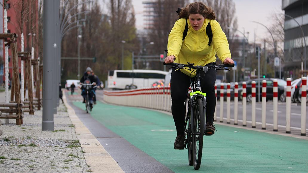 Sichere Fahrradspur in Berlin: Leider die absolute Ausnahme in deutschen Städten.