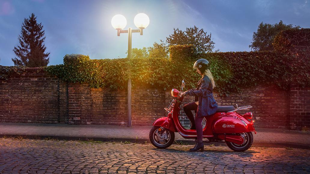E-Motorroller landen preislich im Mittelfeld. Für sie müssen sich Nutzer aber wegen der Führerscheinpflicht aufwändig registrieren.