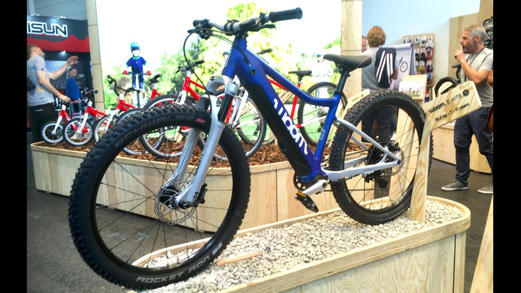 Woom präsentiert zwei E-Bikes für Kinder.