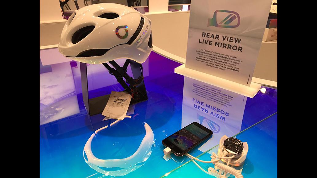 Abstandswarner, Telefonkopplung und Sturzsensor stecken im Briko-Helm.