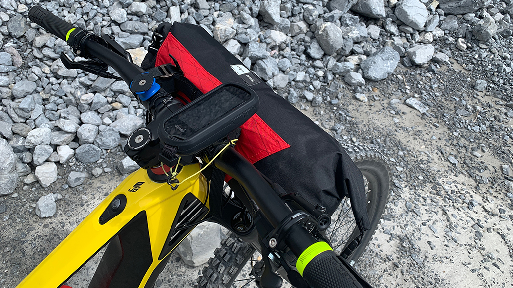 Auch sehr sinnvoll: Bikepacking-Zubehör wie diese Lenkertasche.