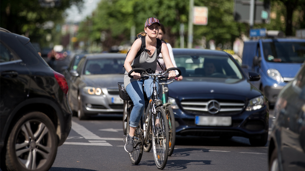 Sind Radwege vorhanden sollte das das Fahren auf der Straße vermieden werden.