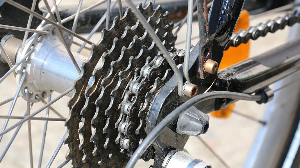 Ein Blick auf Teile wie Bremsen oder Kassette lohnt sich: Anhand des Verschleißes können erfahrene Radfahrer abschätzen, ob die Kilometerangaben realistisch sind.