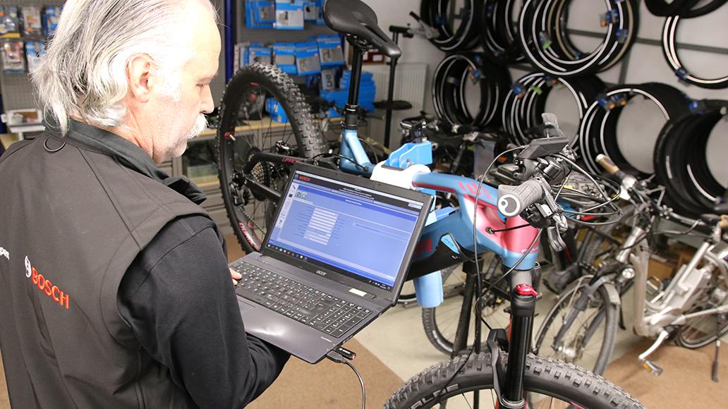 Der örtliche Radhändler kann die im Motor gespeicherte Laufleistung eines E-Bikes mit spezieller Software auslesen. Dabei kann er auch Hinweise auf mögliches Tuning finden.