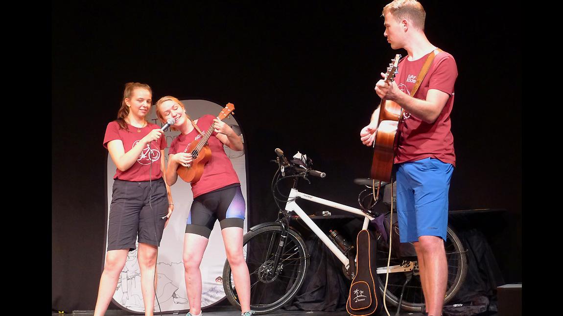 Moment-Bühne: Die Show zum Start in München