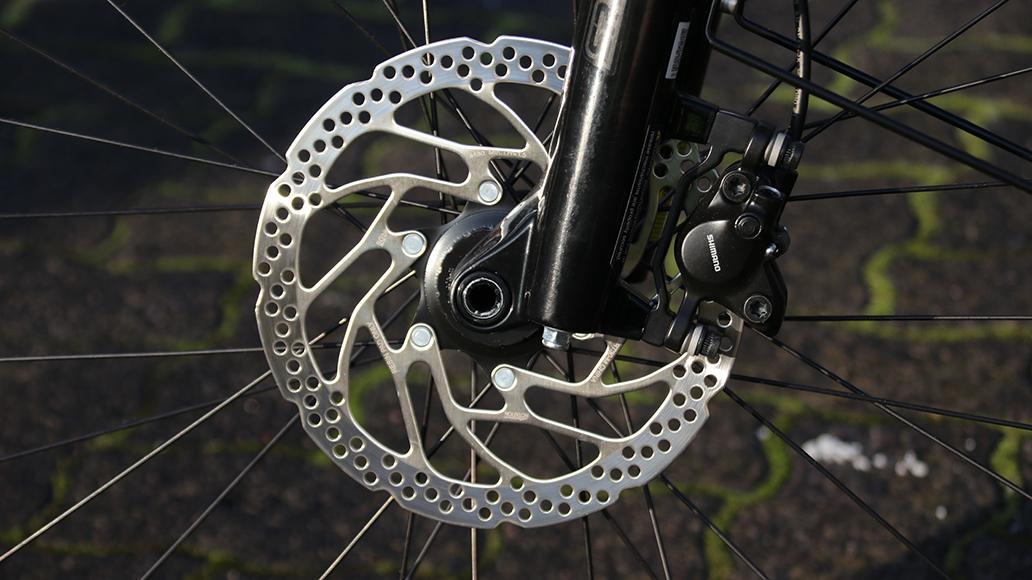 Die Scheiben der 2-Kolben-Bremse haben vorn 180, hinten 160 Millimeter Durchmesser